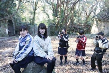砲台跡で、スカジャンを着て撮影する高校生=県立観音崎公園
