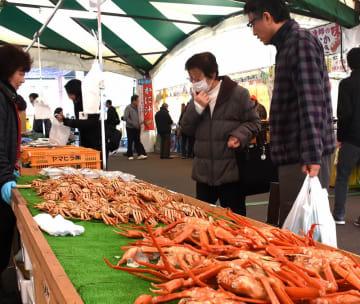 水仙まつりで新鮮な魚貝を品定めする来場者=1月19日、福井県越前町厨の道の駅「越前」