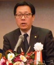 式典であいさつする富岡会長