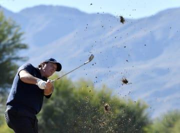 米男子ゴルフのデザート・クラシック第3日、ラフからショットを放つフィル・ミケルソン=19日、ラキンタ(ゲッティ=共同)