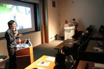 【不登校の経験を話す小幡さん(左)=四日市市安島の市立博物館で】