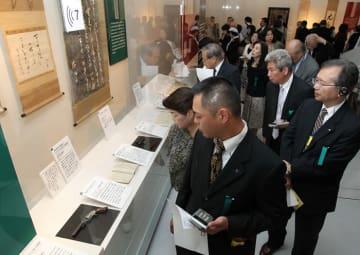 龍馬の遺品、直筆の手紙など実物を一堂に公開した「実録・坂本龍馬展」の内覧会=長崎歴史文化博物館