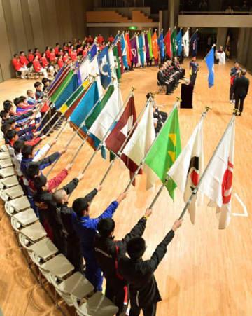 47都道府県旗が掲げられた開会式で、力走を誓う選手たち(撮影・天畠智則)