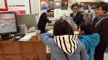 税込み99,718円分の本を選んだ当選者のAさん家族の様子。(写真:小学館発表資料より)