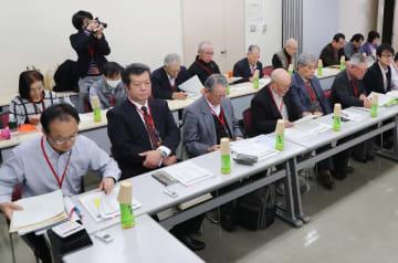 3者協議で、坂口元厚労相の提案について国の見解をただした被害者団体の代表ら=福岡市博多区、福岡第2合同庁舎