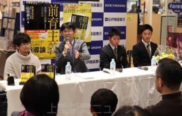 「サッカーの三原則を大切にして」と子どもたちにメッセージを送った山田監督(左から2人目)=前橋市内の書店