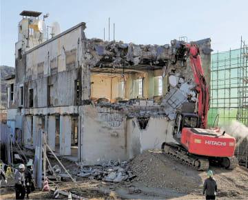 本体解体工事が始まった大槌町の旧役場庁舎=19日