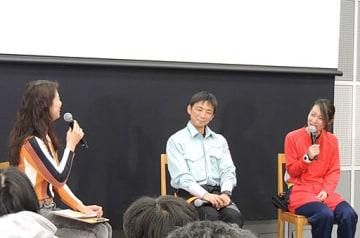 林業の魅力を語る竹下さん(中央)と杤谷さん(右)=19日、大阪市北区の梅田クリスタルホール