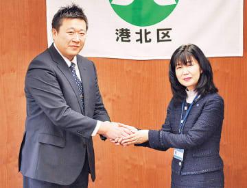 松田社長(左)と栗田区長
