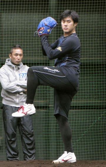投球練習する、楽天に育成選手として入団した由規=楽天生命パーク宮城の室内練習場