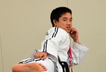 フルコンタクトテコンドーの全国大会で初優勝した鎌田さん=平塚市役所