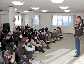 団地集会所で長沼さん(右)の話を聞く受講生=19日、名取市愛島郷2丁目