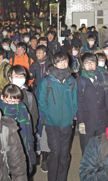 初日を終え、ほっとした表情で会場を後にする受験生=19日午後6時20分ごろ、仙台市青葉区の東北大川内北キャンパス