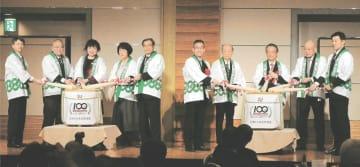 創部100周年を記念し、木製のバットで鏡開きしたJR東日本東北野球部の関係者