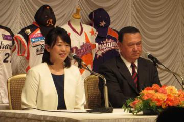 引退会見に臨んだ川端友紀さん(左)とスーパーバイザーを務める太田幸司氏【写真:編集部】