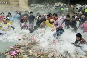 和歌山県田辺市の川湯温泉で開かれた「仙人風呂かるた大会」で札を取り合う参加者=20日