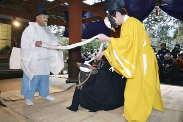 和歌山県かつらぎ町の世界遺産・丹生都比売神社で行われた「天野の御田祭」=20日午後