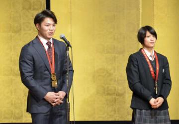 柔道世界選手権の祝勝会に出席した男子66キロ級の阿部一二三(左)と妹で女子52キロ級の阿部詩=20日、神戸市