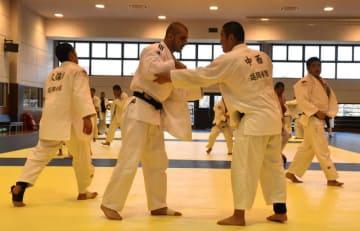 延岡学園高柔道部員と乱取りを行う米国の柔道青年団のメンバー(中央左)