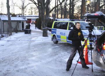 米朝実務協議の会場とされる国際会議場周辺に配置された警察車両。手前は報道陣=20日、ストックホルム郊外(共同)