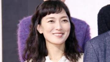 連続ドラマ「ハケン占い師アタル」の制作発表記者会見に役衣装で出席した板谷由夏さん
