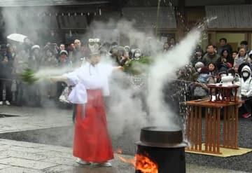 湯に浸したササを振り、邪気を払う巫女(20日午後2時半、京都市伏見区・城南宮)