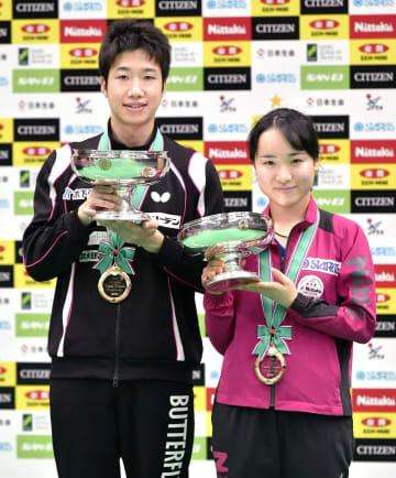 卓球全日本選手権の男子シングルスで2年ぶり10度目の優勝を果たした水谷隼(左)と、女子シングルスで2連覇を果たし、2年連続で3冠に輝いた伊藤美誠=20日、丸善インテックアリーナ大阪