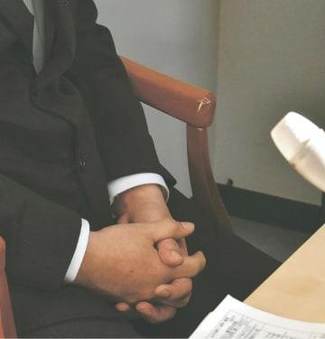 妻と長女の死亡は学校でのいじめが原因だと訴える父親=19日午後3時25分ごろ、仙台市青葉区本町