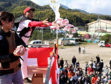 カープの広瀬コーチ(左から2人目)も参加し、盛り上がった紅白餅合戦