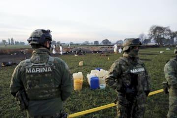 検証が進むパイプライン爆発の現場=19日、メキシコ中部イダルゴ州トラウエリルパン(ロイター=共同)