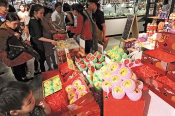 JAいわて中央は、ベトナムで県産リンゴの販売促進イベントを開催した=20日、ホーチミン市