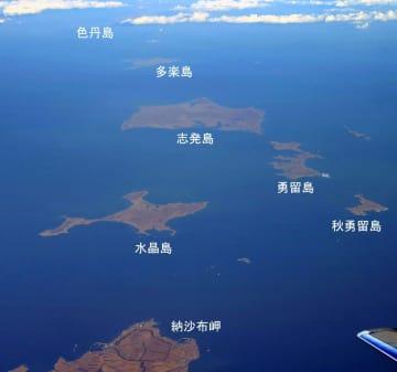 北海道・根室半島の納沙布岬(左下)沖に浮かぶ多楽(たらく)島、志発(しぼつ)島、勇留(ゆり)島、秋勇留(あきゆり)島、水晶(すいしょう)島などの歯舞群島。先にある色丹島は雲に遮られ肉眼では望めなかった