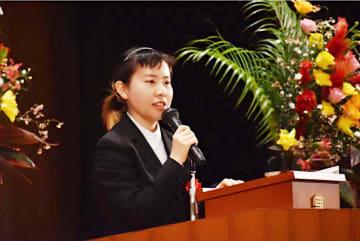 農林水産大臣杯争奪全日本学生弁論大会で熱弁中の記者