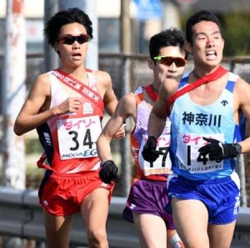3区で神奈川の館沢(右)らと激しく競り合う広島の吉田(左)=撮影・天畠智則