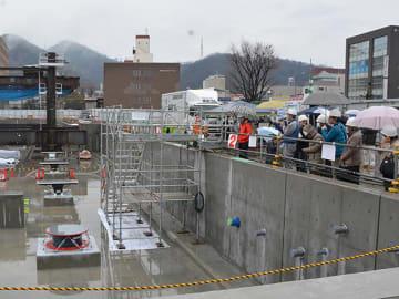 市民、免震装置見入る 岐阜市新庁舎建設現場を公開