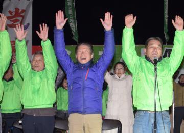 初当選を果たし万歳する谷中聰氏(中央)=午後8時43分、八千代町村貫の選挙事務所