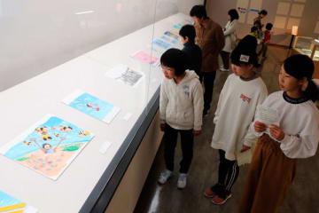 【鈴木さんの絵本の原画を楽しむ人ら=朝日町歴史博物館で】