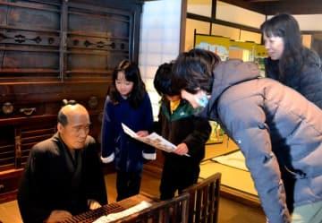 【市指定有形文化財「旅籠玉屋歴史資料館」を見学する角一家4人=亀山市関町の関宿で】
