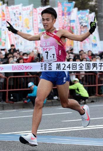 東北勢初となる優勝のゴールテープを切る福島のアンカー相沢(撮影・井上貴博)