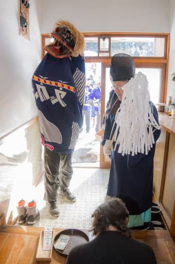 地区の家々を回り、神楽舞を披露する「舘町神楽舞保存会」の一行