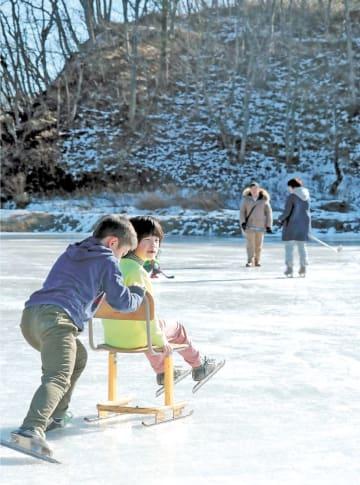 スケートクラブ会員らが手作りした椅子のスケートで遊ぶ子どもたち