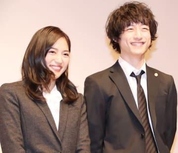 連続ドラマ「イノセンス 冤罪弁護士」の会見に登場した坂口健太郎さん(右)と川口春奈さん