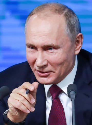 2018年12月20日、モスクワで記者会見するロシアのプーチン大統領(タス=共同)