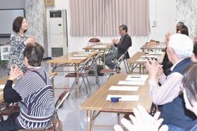脳の活性化を促すトレーニングを体験する参加者ら