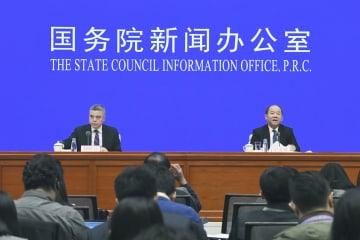 GDP速報値を発表する中国国家統計局の報道官=21日、北京(共同)