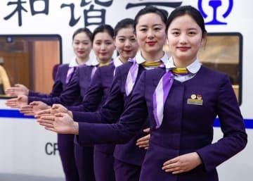 「春運」に備える高速鉄道乗務員 江蘇省南京市