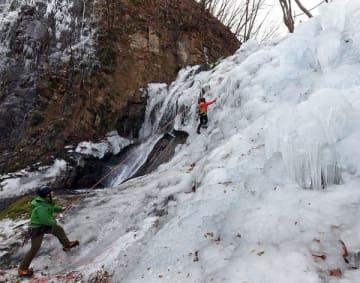 巨大な氷壁で訓練するスタッフら=20日午後、日光市所野