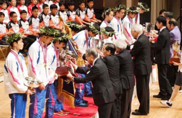 表彰式で優勝旗などを受け取る福島の選手