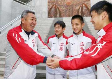 小江選手(右端)をねぎらう大瀬戸コーチ=左端