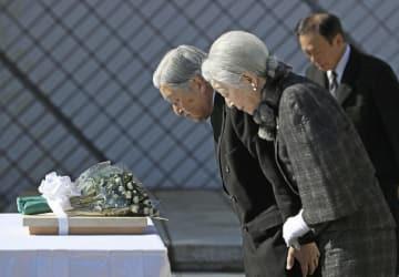 「戦没船員の碑」に供花、拝礼される天皇、皇后両陛下=21日午後、神奈川県横須賀市の観音崎公園(代表撮影)